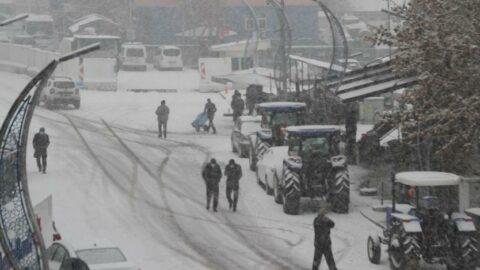 Mart kapıdan baktırdı, yoğun kar yolları kapadı