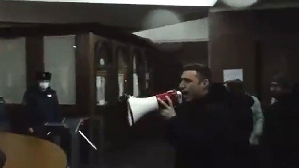 Ermenistan'da göstericiler hükümet binasını bastı