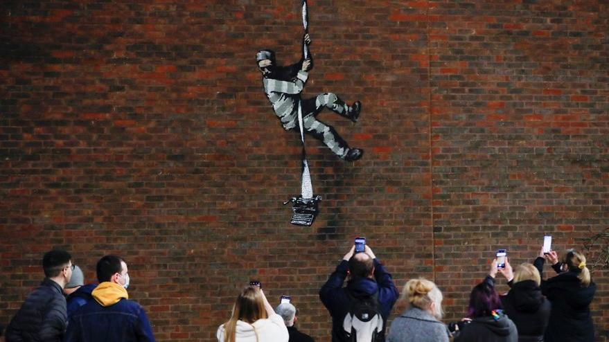 Gizemli sanatçı Banksy'nin yeni eseri cezaevi duvarında