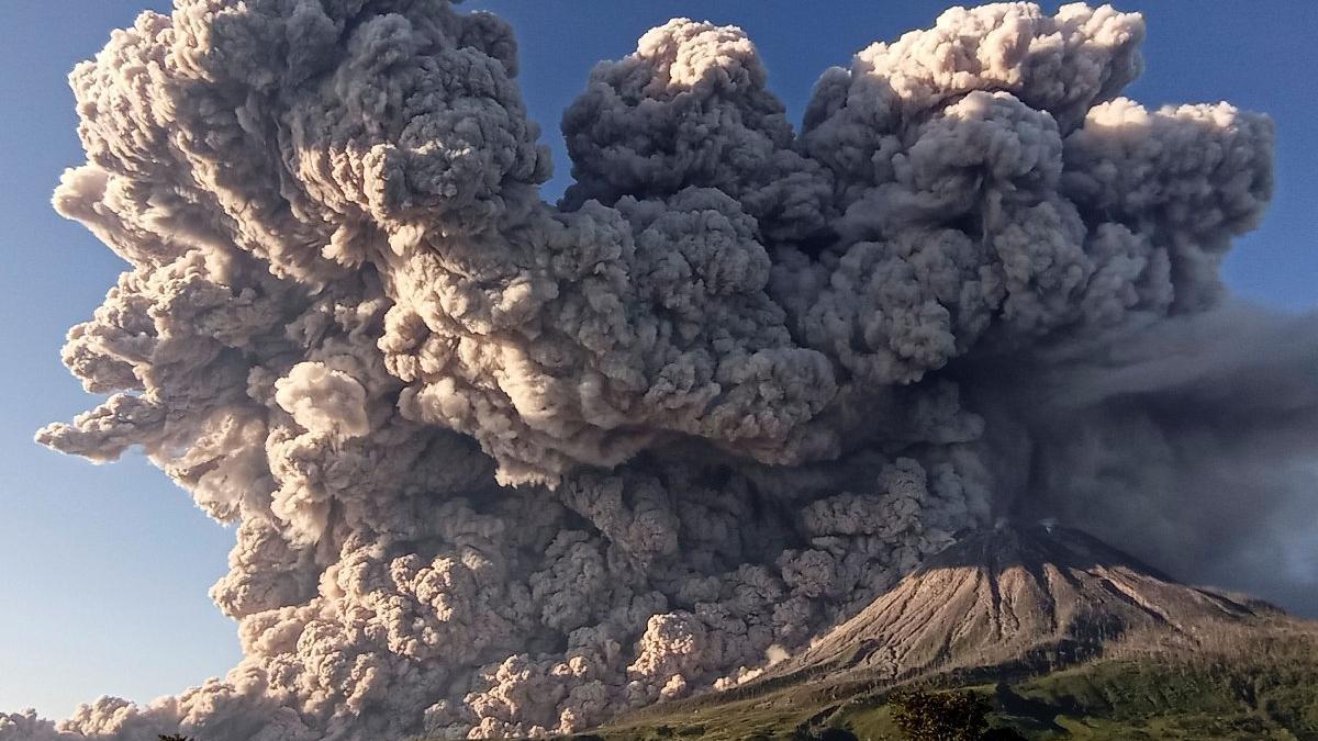 Korkutan görüntü: Yanardağ faaliyete geçti