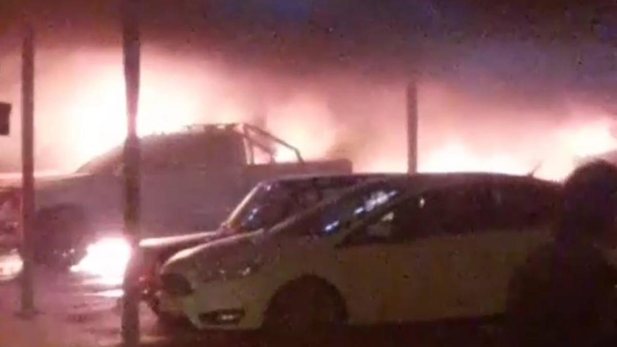 Lüks arabalar alev alev yandı