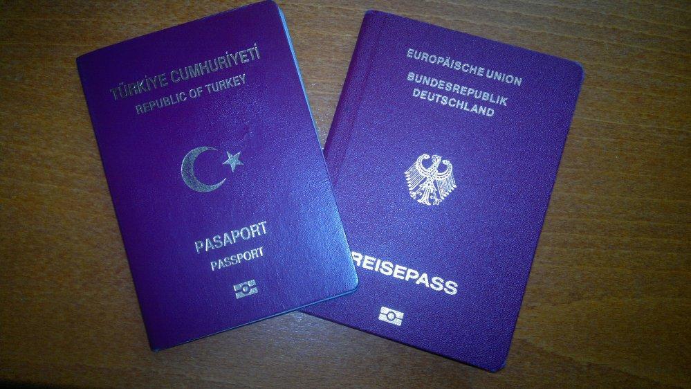 Türkiye'ye giden çifte vatandaşların pasaportuna el koyuyorlar