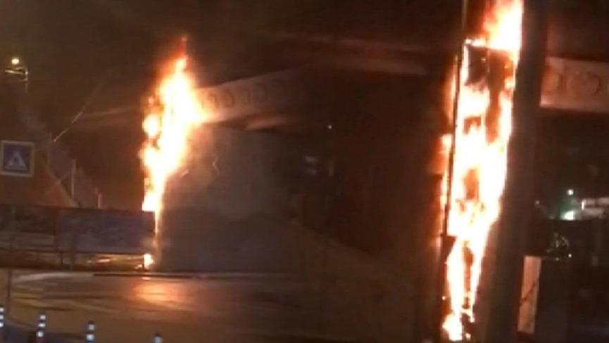 Bayrampaşa'da metro köprüsünün dekoru alev alev yandı