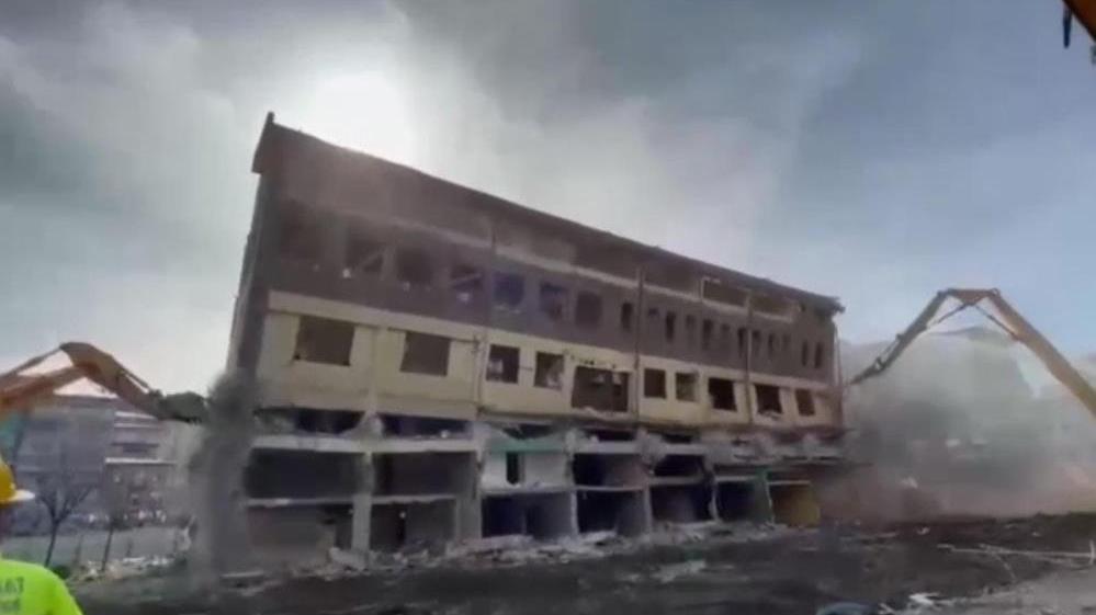 Yıkımına başlanan bina bir anda yerle bir oldu