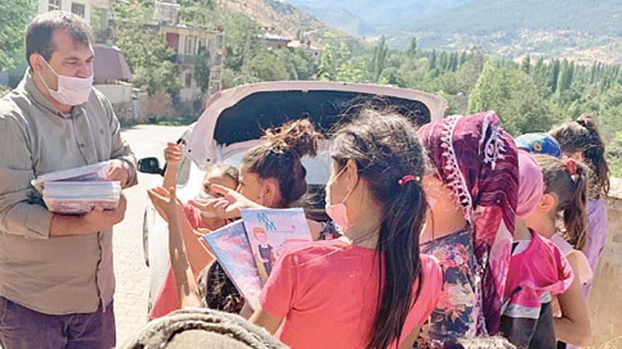 İnşaat işçisi köydeki çocuklara 50 bin kitap dağıttı