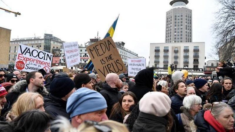 Stockholm'de yüzlerce kişi corona önlemlerini protesto etti