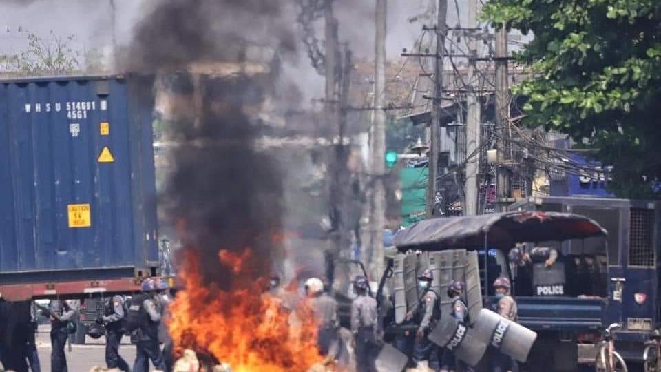 Myanmar'da protestoculara sert müdahale