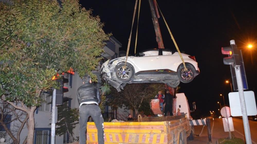 Kaza yapan otomobil bahçe duvarında asılı kaldı
