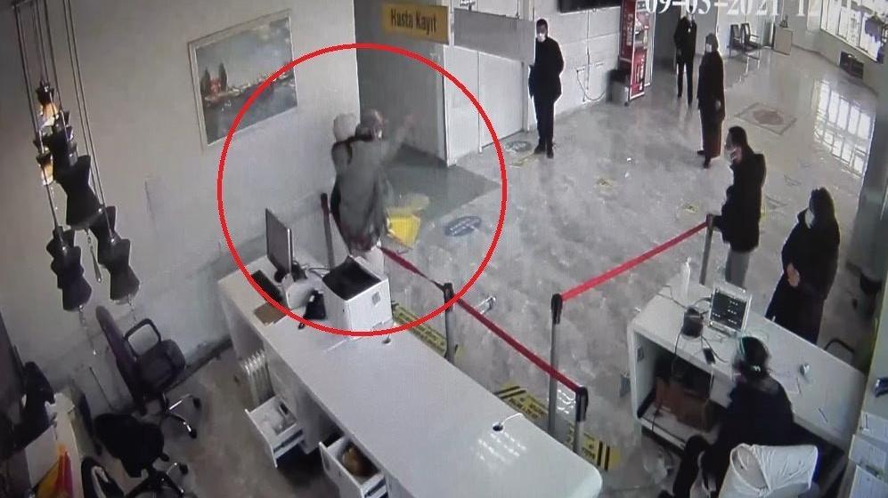 Hastanede sağlık çalışanına saldırı anı kamerada