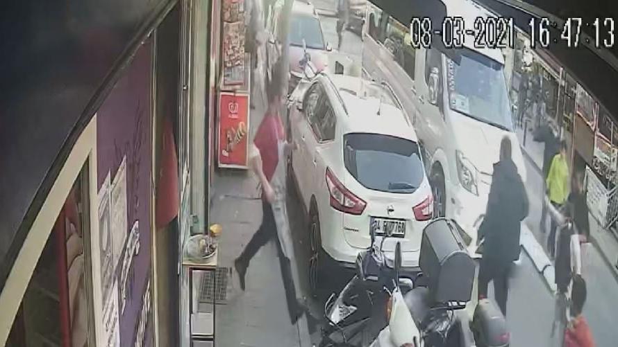 İstanbul'da dehşet anları: Annesinin gözü önünde minibüsün altında kaldı