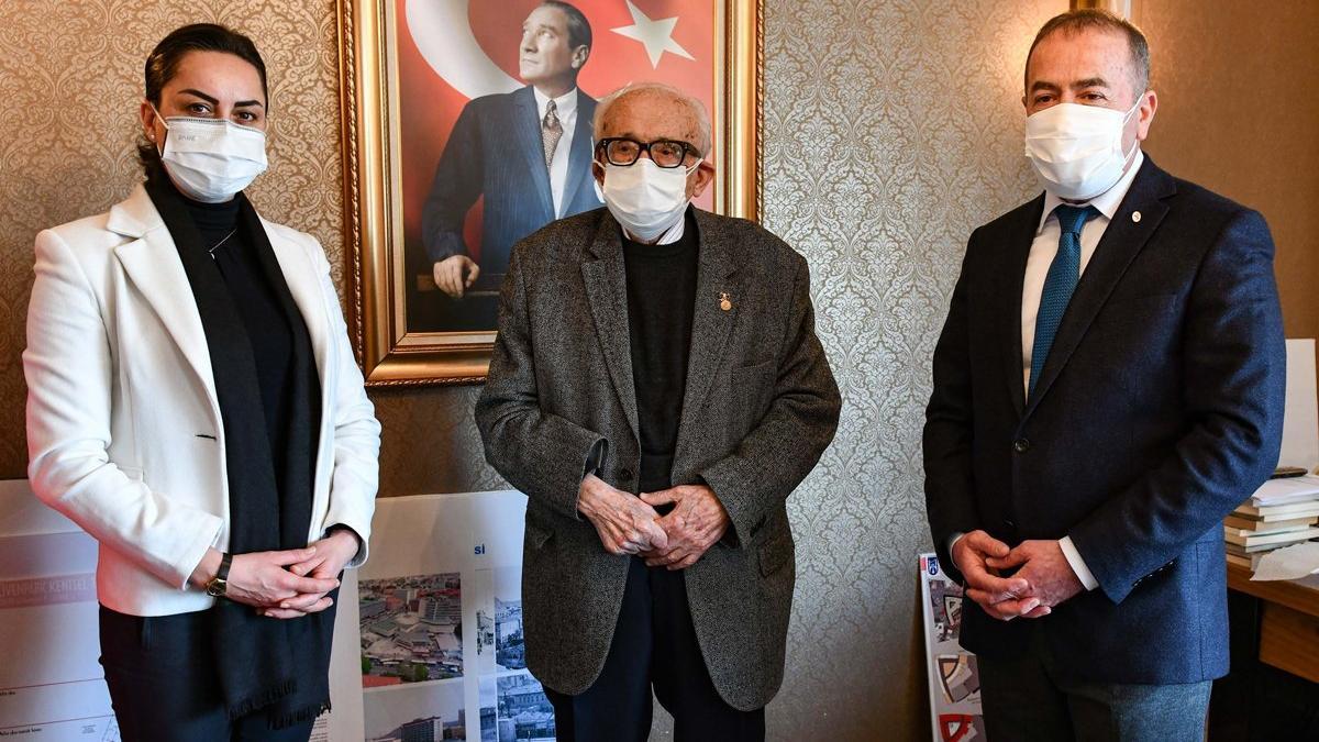Yurt dışından gelen teklifleri reddetti, Atatürk fotoğraflarını belediyeye hediye etti