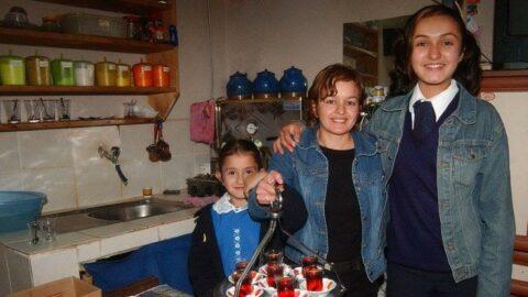 Çaycılık yaparak iki kızını okutan anne üniversite okuyacak
