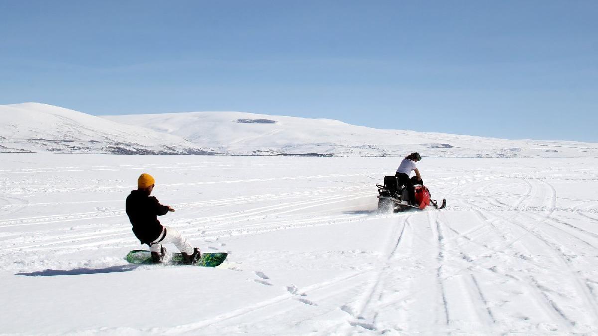 Buz tutan Çıldır Gölü'nde snowboard ve drift