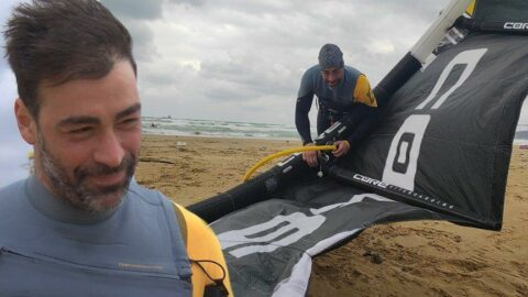 Kitesurf meraklıları Kilyos'ta rüzgar kovalıyor