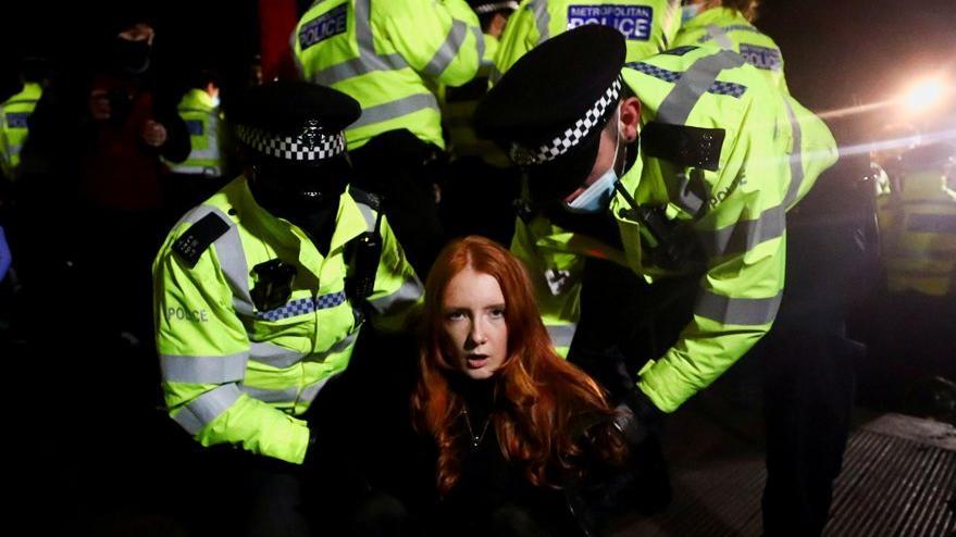 İngiltere öldürülen Sarah için ayakta: Kadınlara çok sert müdahale