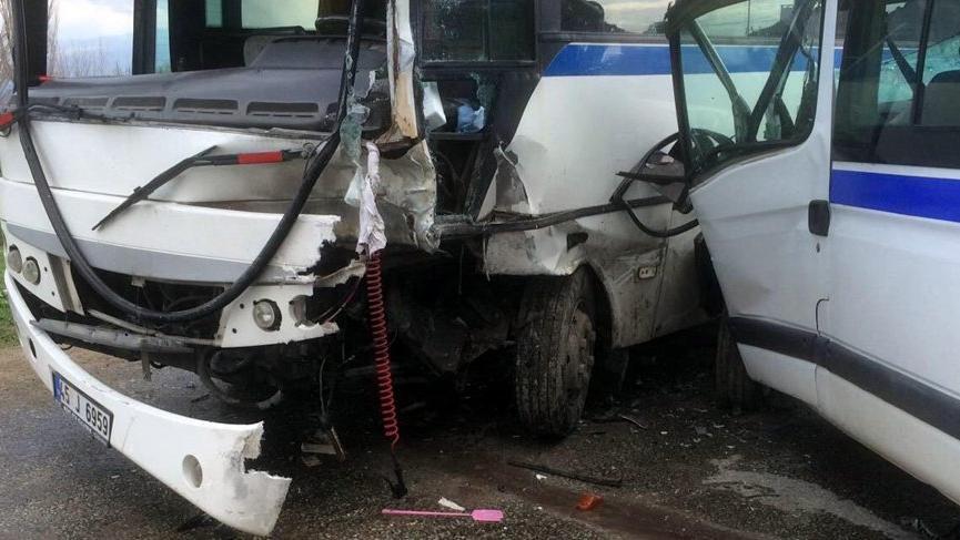 İki işçi servis minibüsü çarpıştı: 10 yaralı