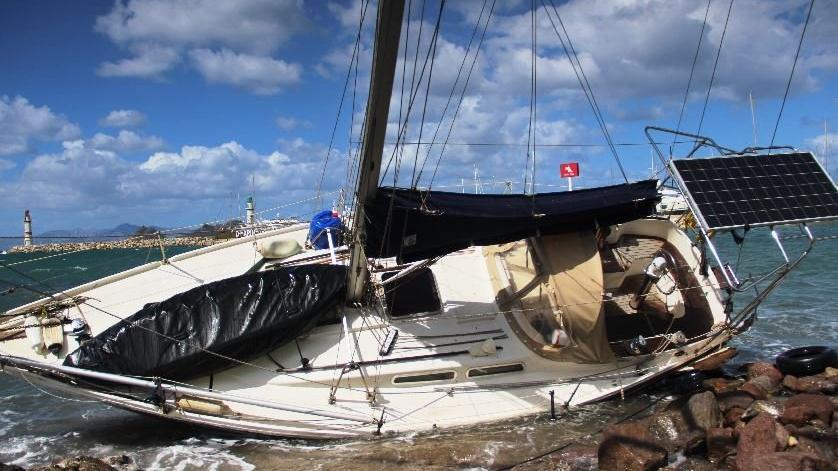 Bodrum'da fırtına tekneleri karaya sürükledi