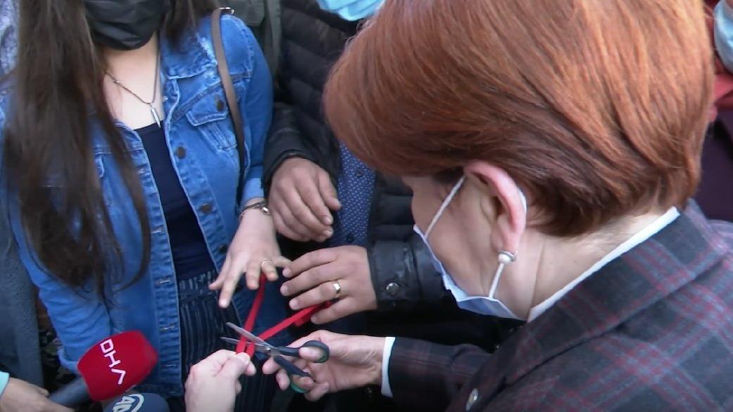Meral Akşener yanına gelen çiftin nişan yüzüklerini taktı