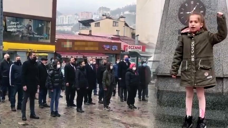 Valilik önünde 'andımız' tepkisi: 4. sınıf öğrencisi coşkuyla okudu, vatandaşlar eşlik etti