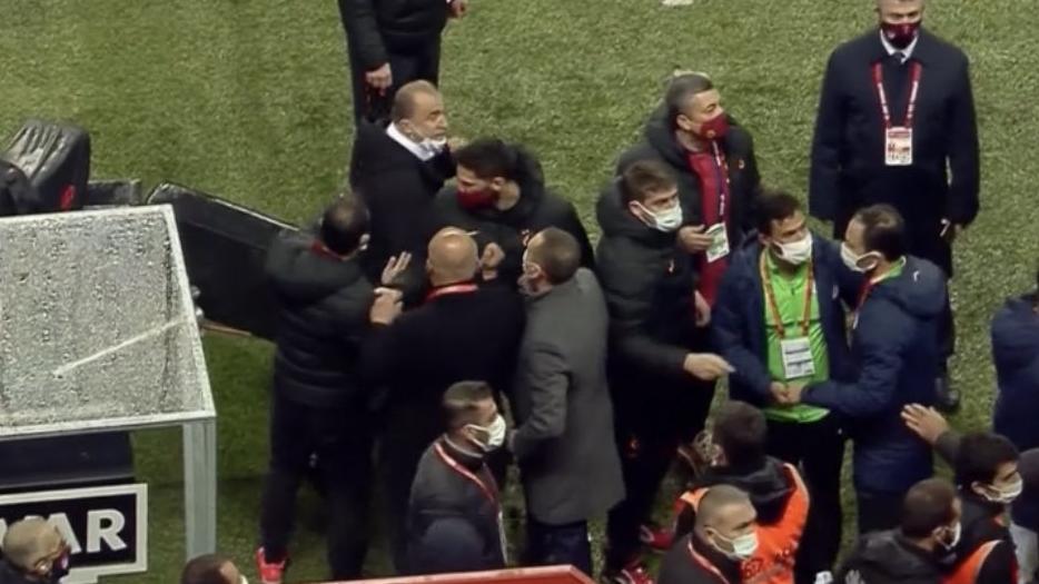 Fatih Terim çılgına döndü! Galatasaray Çaykur Rizespor maçında gerginlik...