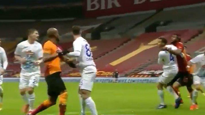 Galatasaray'ın golü öncesi büyük tartışma! Luyindama'nın hareketi...