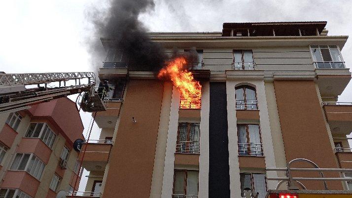 Şarja takılı cep telefonundan yangın çıktı: Son anda kurtarıldı