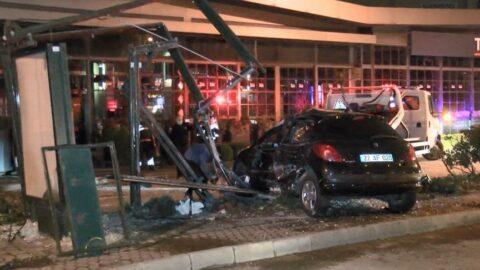 Bakırköy'de otomobil otobüs durağına çarptı