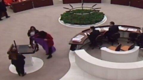 Meclis'te mor örtü açan CHP'li vekile 'uyarı' cezası verildi