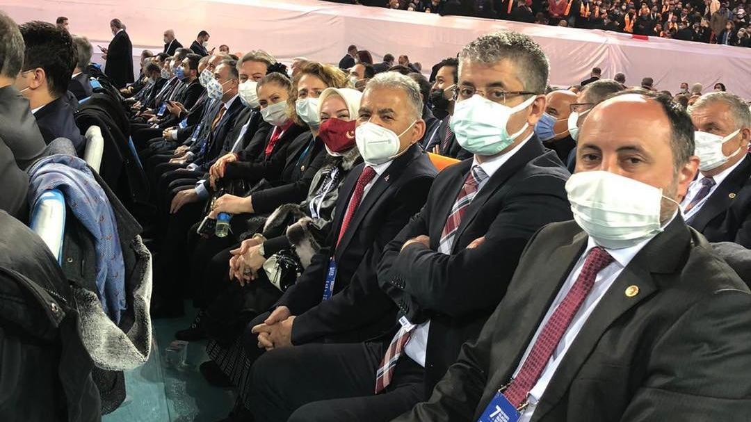 Vatandaşları uyaran AKP'li başkan lebaleb kongrede!