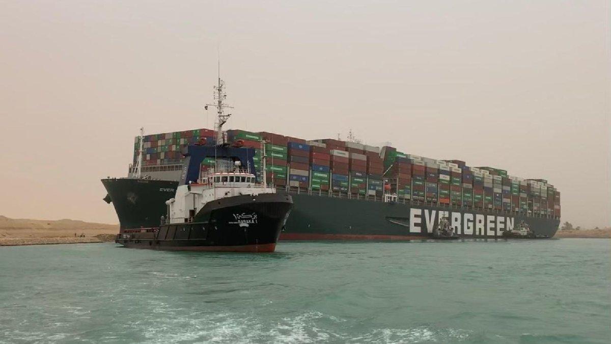Dev gemi Süveyş Kanalı'nda karaya oturdu: Geçişler durduruldu