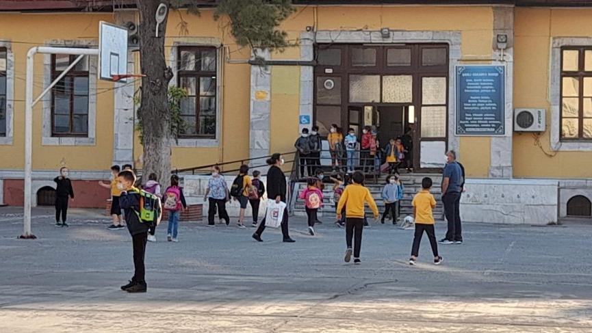 İlçedeki 124 okulun 102'sinde yüz yüze eğitime ara verildi