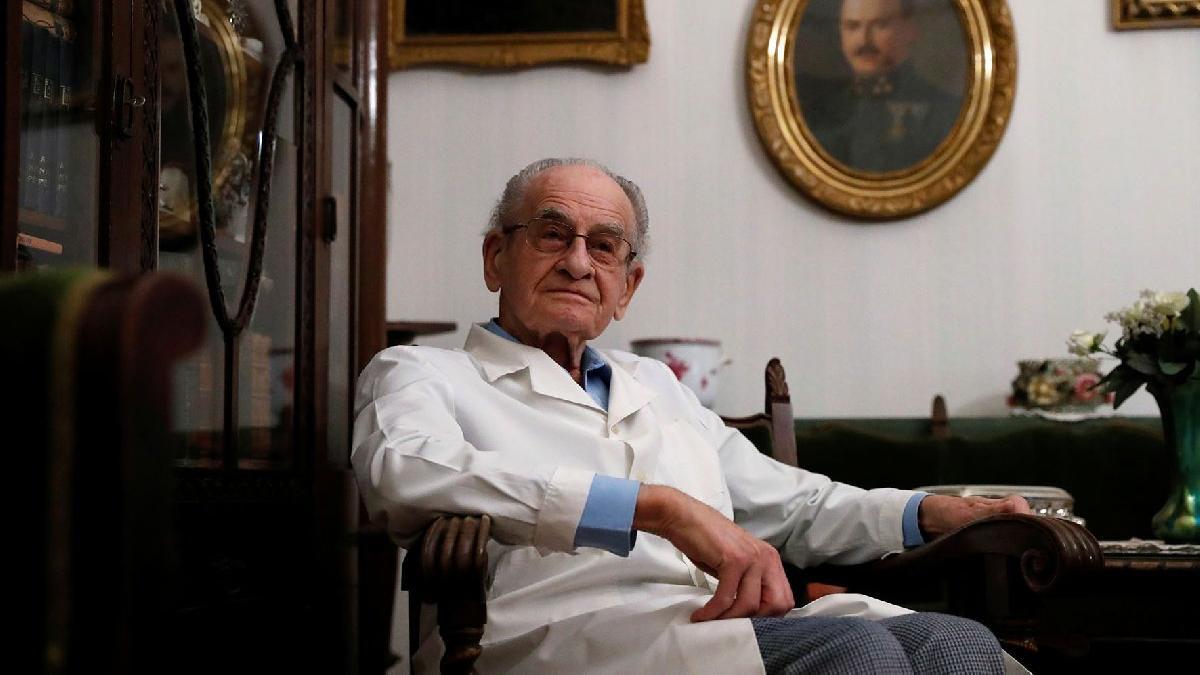97 yaşındaki doktordan örnek mücadele: Her gün corona virüsüyle savaşıyor