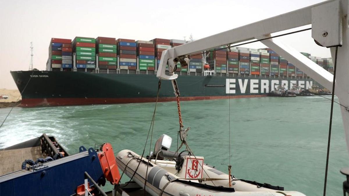 Süveyş Kanalı'nda 321 gemi bekliyor