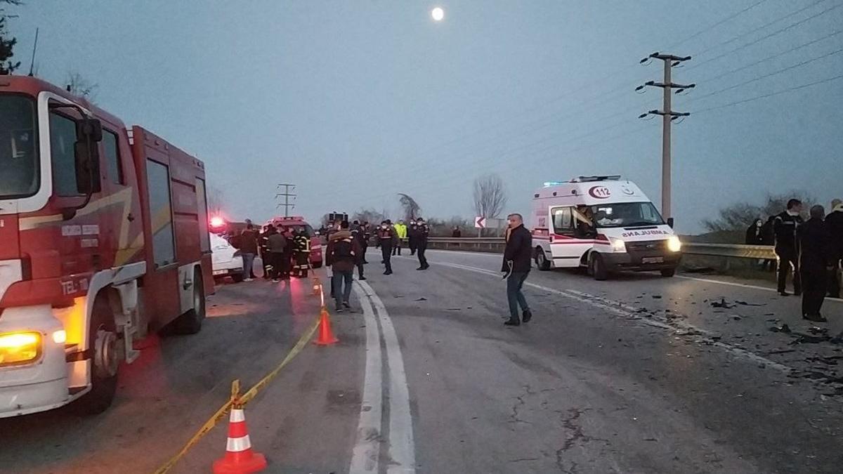 Yolcu otobüsü kaza yaptı: 3 ölü, 11 yaralı
