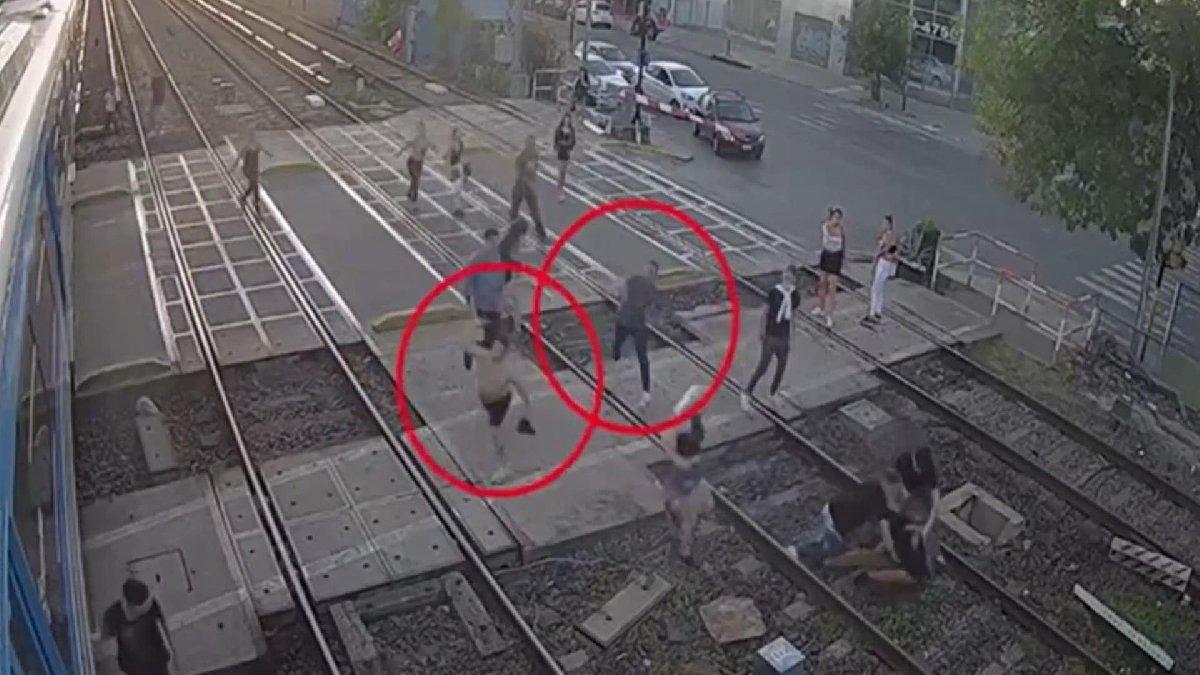 Tren raylarında iki grup birbirine girdi