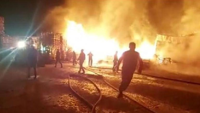Palet fabrikasındaki yangın geceyi aydınlattı