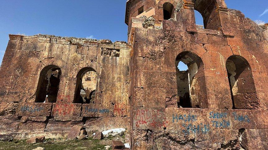 Tarihi Kızıl Kilise'de defineci tahribatı