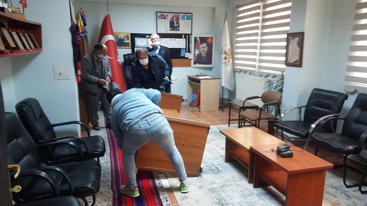 AKP'den kalan borçlar yüzünden MHP başkanın makam odasına icra geldi