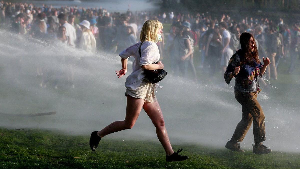 Şakayla başladı polis müdahalesiyle bitti: Brüksel'de ortalığı karıştıran festival