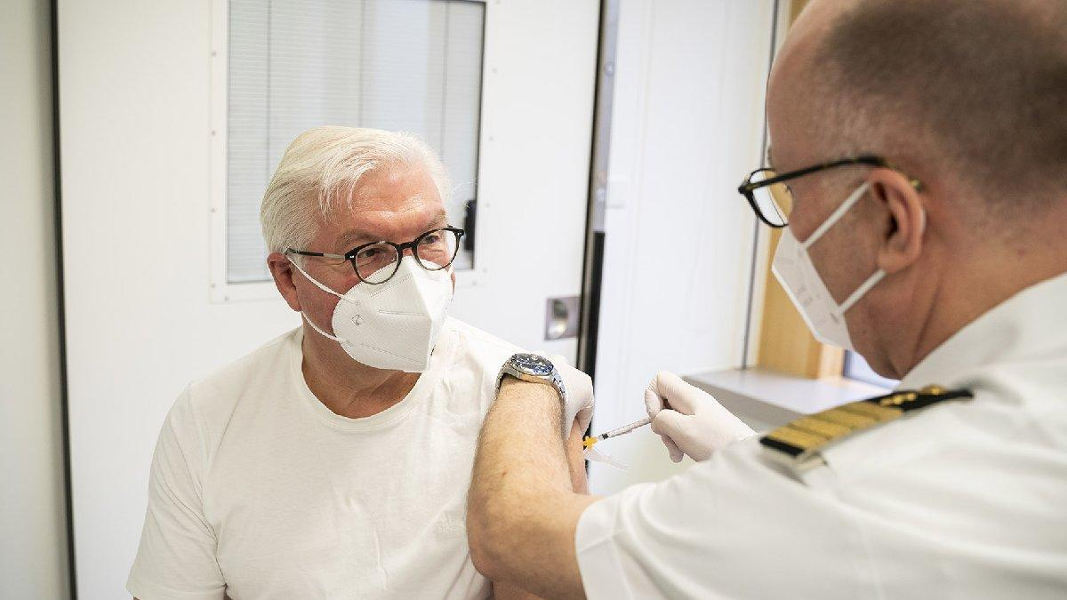 Avrupa'da aşı savaşları: Steinmeier AstraZeneca aşısı oldu, tartışmalar alevlendi