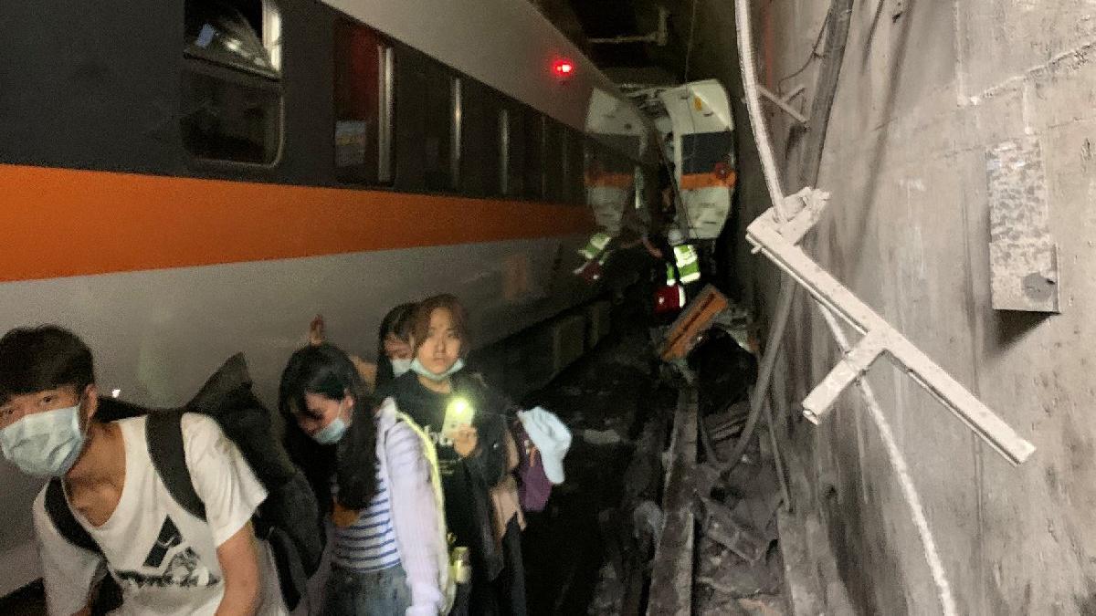Tayvan'da katliam gibi kaza... Tren raydan çıktı: En az 48 ölü