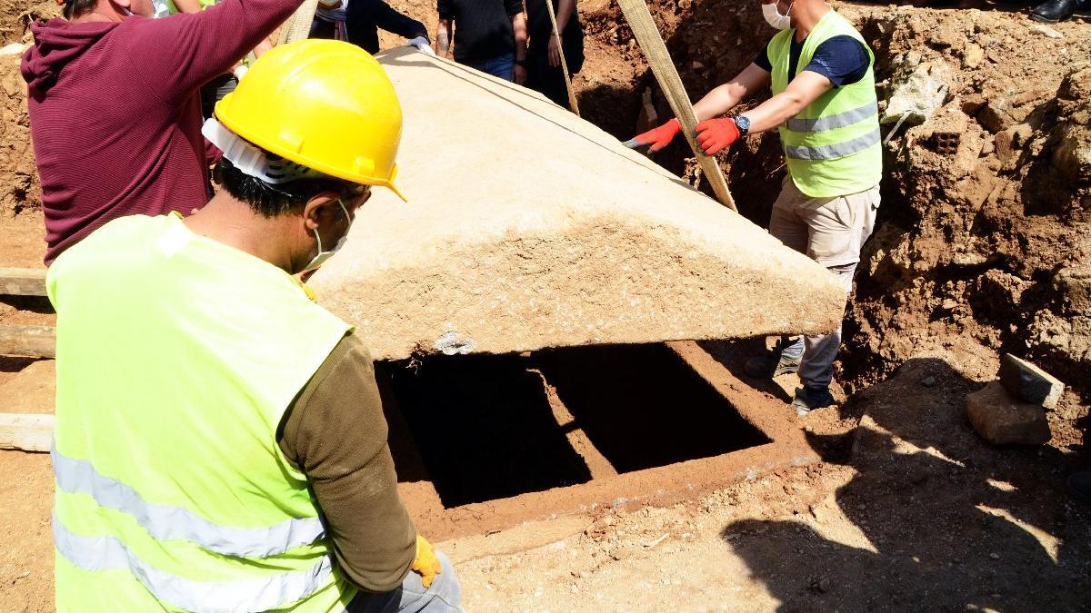 Bodrum'da bulunan 2 bin 400 yıllık lahitin kapağı ilk kez açıldı