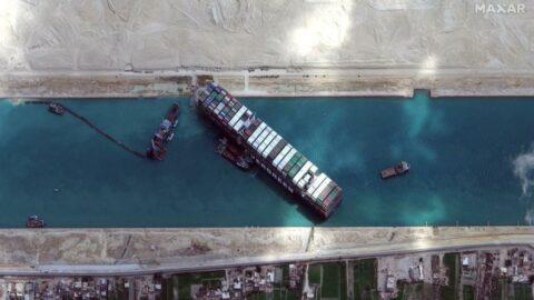 Mısır: Bekleyen tüm gemiler Süveyş Kanalı'ndan geçti
