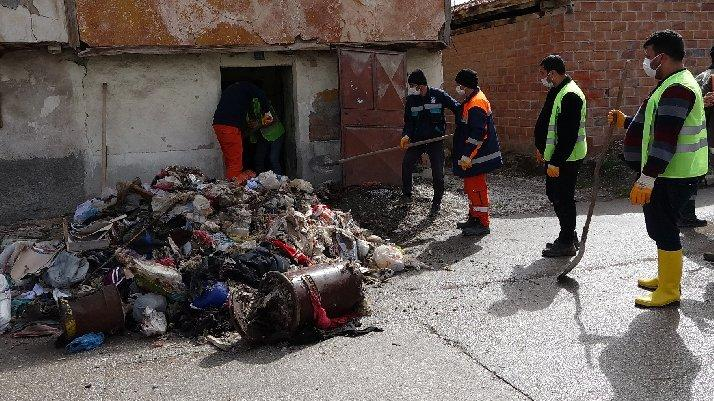 Evden 4 kamyon çöp çıktı, fareleri gören ekipler korkup kaçtı