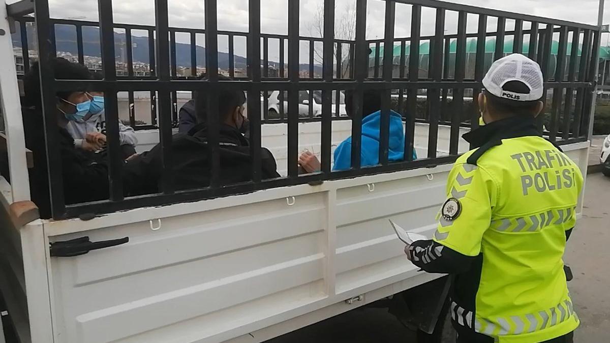 Kaçak göçmenler sokağa çıkma yasağında kamyonetle düğüne giderken yakalandı