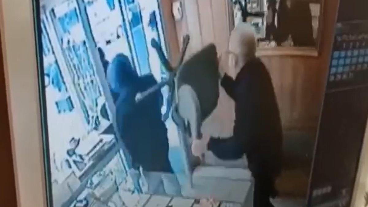 Silahlı soyguncuları sandalyeyle kovaladı