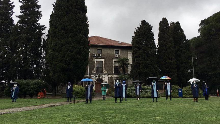 Boğaziçili öğretim üyelerinin protesto nöbeti yağmur altında devam etti