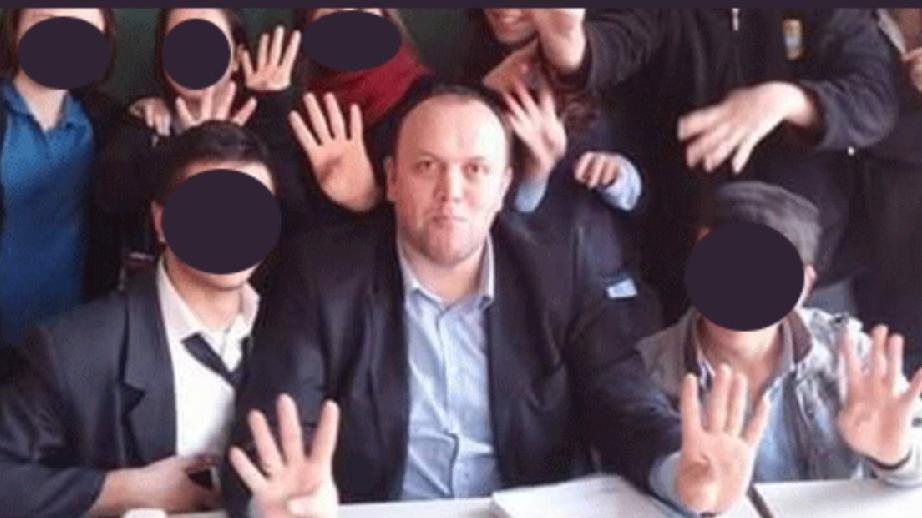 Öğrencilere Rabia işareti yaptıran okul müdürü tepki çekti