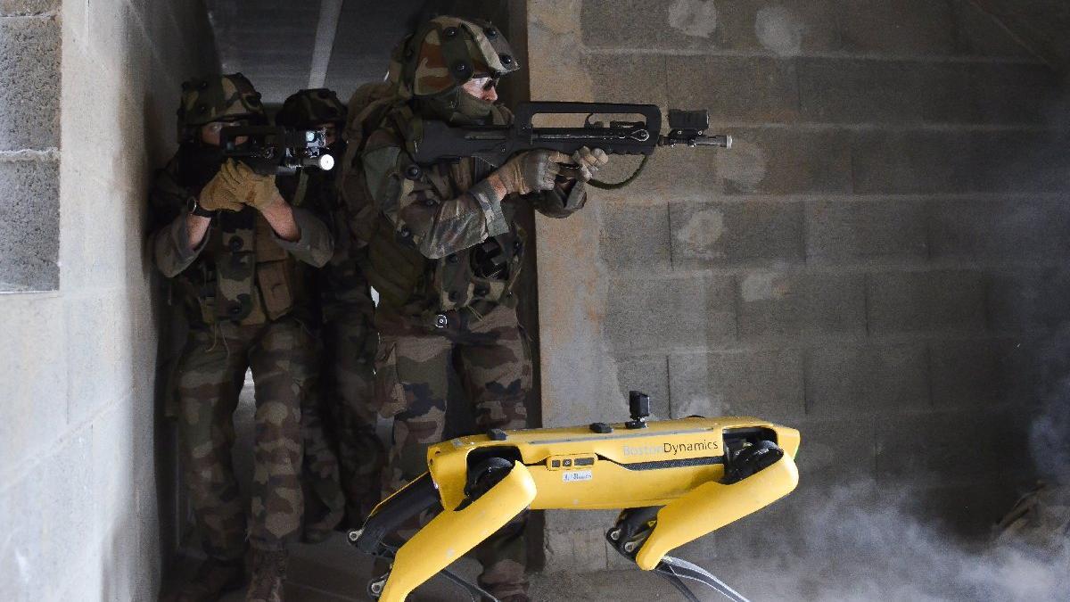 Boston Dynamics'in gözde robotu askeri tatbikatta: Çatışmanın ortasında şarjı bitti