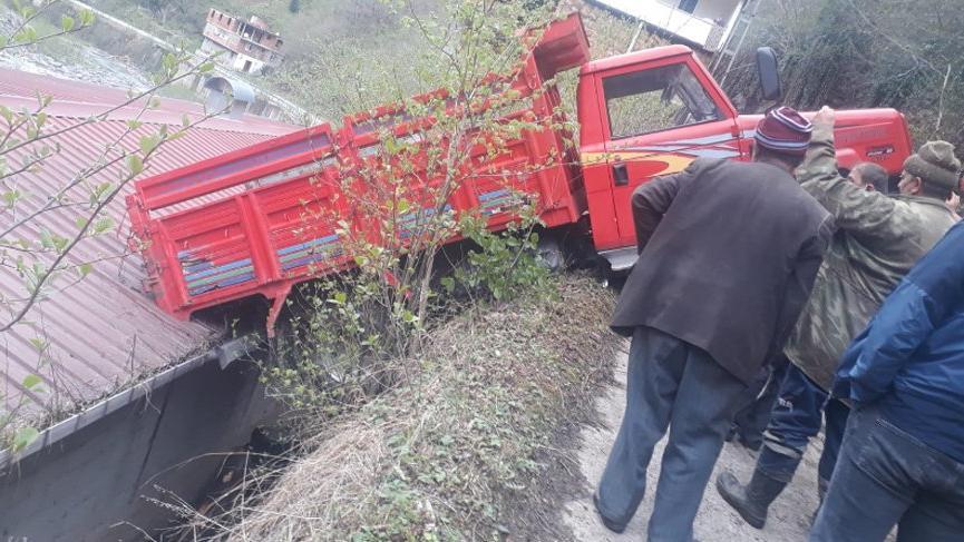 Freni boşalan kamyonet çatı ile yol arasında asılı kaldı
